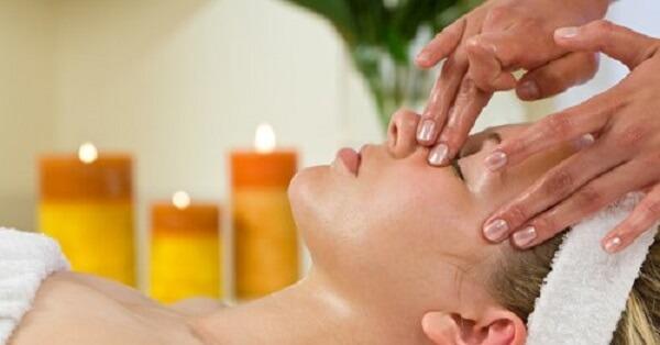 Massage mặt bằng dầu dừa